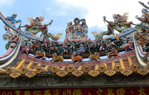 Statuary on top of temple. Hsinchu City, Tawain 2011. Photo by HJEH Becker. An Asian interpretation of baroque-like detail
